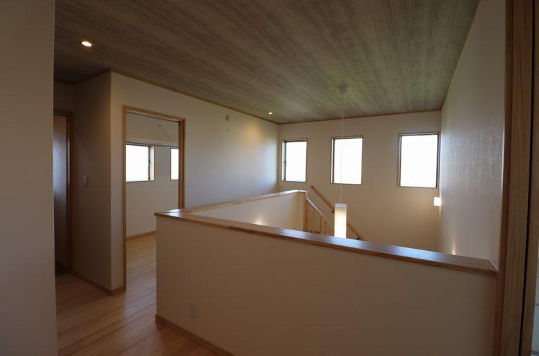 窓から十分な光と風が通り抜ける2階ホールには大容量のWICを。