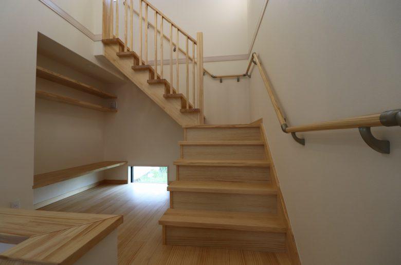 階段をあがる途中には、ちょっとした戸棚を造作したフリースペースを。 素敵な時間が過ごせそう。