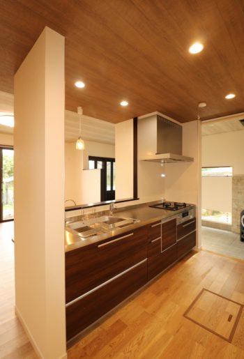 土間からもリビングからも、行き来しやすいキッチンの動線は優れもの。
