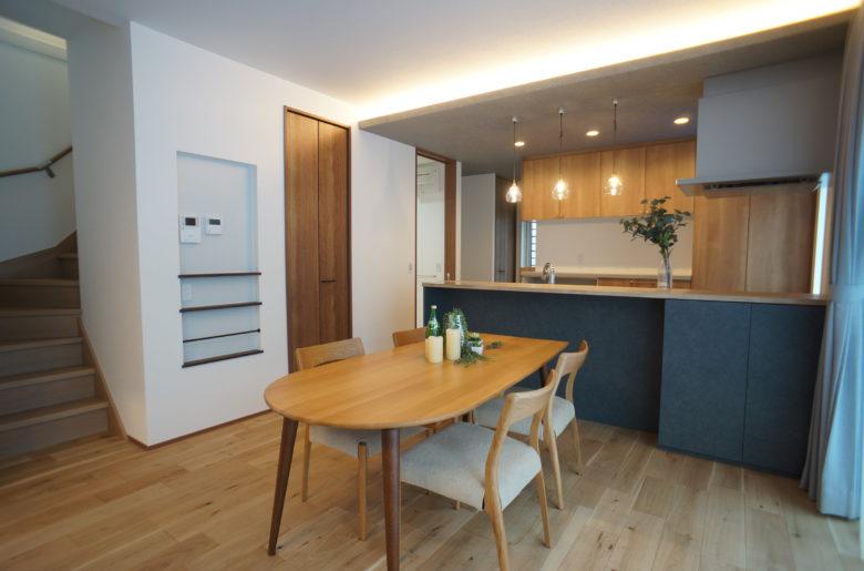 キッチンからは、水廻りと階段下の収納部分を抜けて和室へと向かう動線。ダイニングのニッチは浅めでも広さがあるものを。