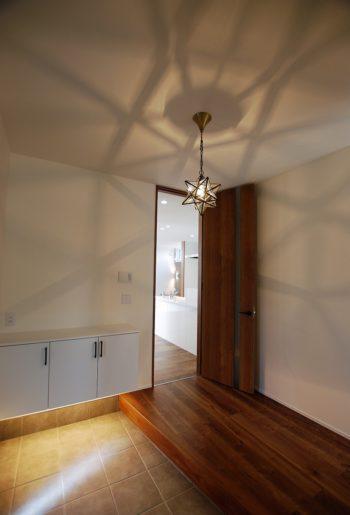 こだわりのペンダントライト。あえて明るすぎない空間に仕上げて、影をデザインとして愉しむ。