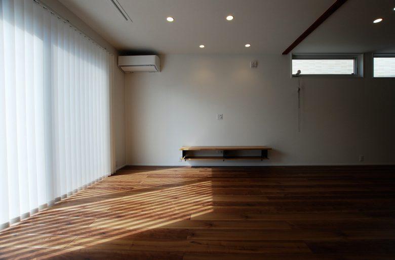 ソファ位置からTVボードを見る。足元が浮いていることで、空間もより広く見える。掃除のしやすさも◎