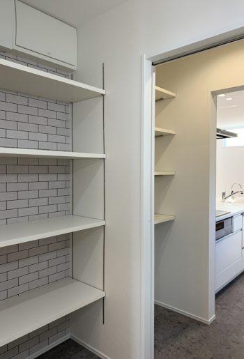 キッチン・パントリー・洗面脱衣室をまっすぐひとつなぎに。家事導線も短く効率的。