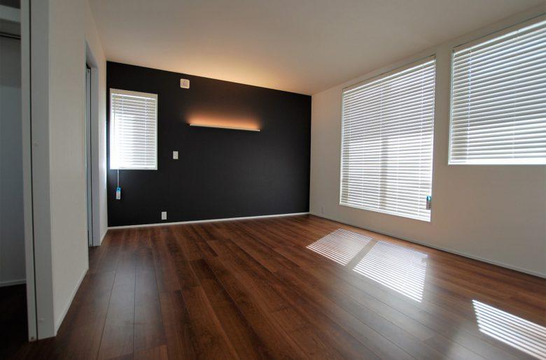 趣のある寝室。ベットヘッドのアッパーライトがくつろぎの時間をつくる。