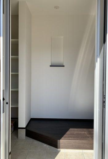 開け閉めしやすく、スペースを有効活用できる人気の玄関引戸。年を重ねても暮らしやすい工夫を。