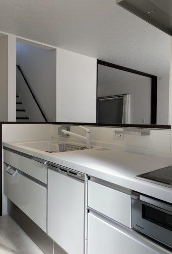 キッチン前の立ち上がり部分を利用して、まな板や小物置きを浮かしたタイプの収納として活用。カウンター上もさっとひと拭き!!