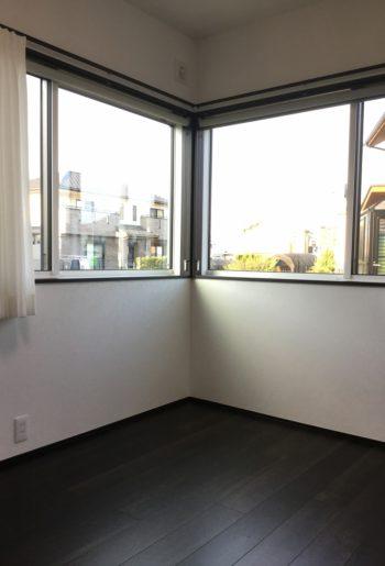 コーナー窓にすることで視線が広がり、空間に抜け感が生まれる。窓周りのメインはロールスクリーンでスッキリと納めて。