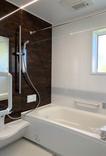 部屋との色感を統一したバスルーム。埋め込みのライン照明で質感もUP。ちょっと特別なリラックスタイムを。