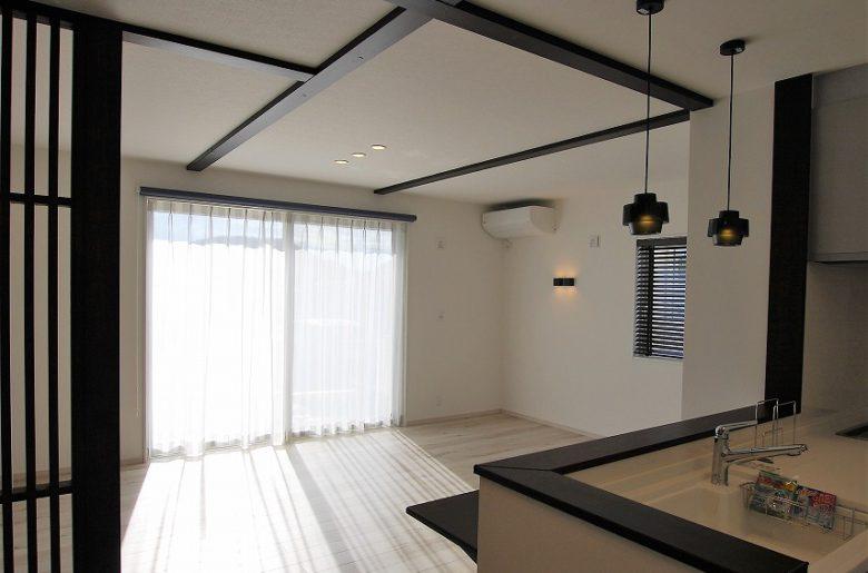 柔らかなフロアの色に、白の内装で統一された空間は、アクセントの化粧梁で変化を持たせて。