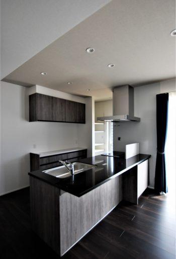 広々のリビングにアイランド型キッチン。きらめくブラッククォーツのこだわりの天板が光る。