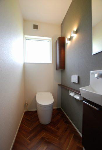 床は人気のヘリンボーン柄。壁の照明は上下に光が広がるタイプ。空間をすっきりとやわらかく照らす。