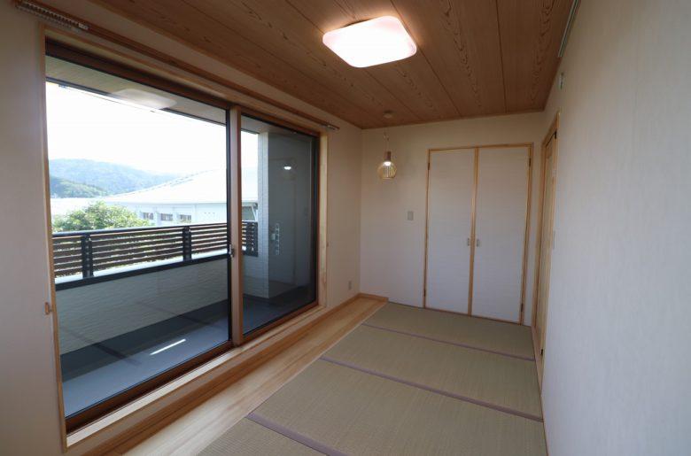 バルコニーに面して大開口の和室。 窓から見える景色も部屋の一部に。