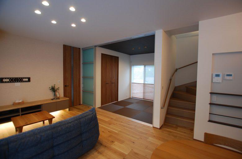 リビングに続く和室は、ごろんと足を伸ばして昼寝の場所に最適。 また、階段下の収納部分へ繋がっているため、衣類の整理や収納物を広げる場所にも使え、用途は広がる。