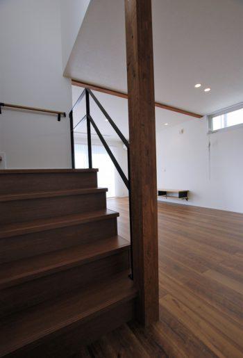 階段はリビング階段。手摺をアイアンにすることで空間を遮ることなく広くみせる。