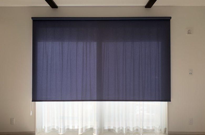 リビングの窓には、柔らかな白いレースに、すっきりとした青いロールスクリーンがほどよくあわさって。