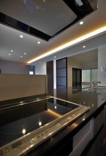 下がり天井に間接照明を取り入れて、雰囲気のあるリビングへ。