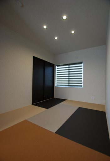 白茶、栗、亜麻色、灰桜 4色の畳をつかった和室。ラグを使用したかのようなデザインで遊び心を楽しむ。