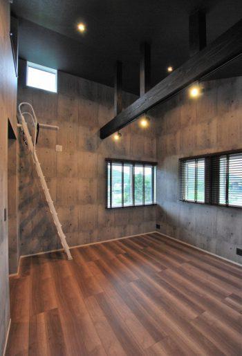 上部は吹き上げ天井と化粧梁で開放感、梁のスポットライトで空間を自由に照らす。 窓はウッドブラインドでスッキリと見せて。