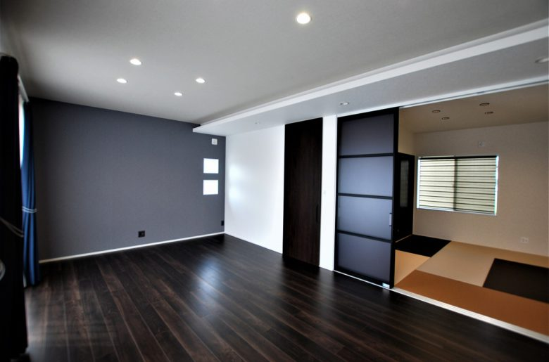 天井にレールを埋め込んだハイドアとスクリーンパーティションですっきりと見せる。