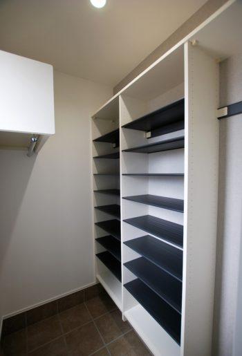 玄関横の土間の壁一面に、大容量の収納棚。棚板はまるごと水洗いできるからお手入れ楽々♪