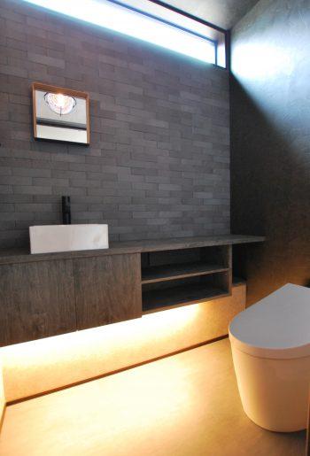 落ち着いた質感でまとめられたトイレ。