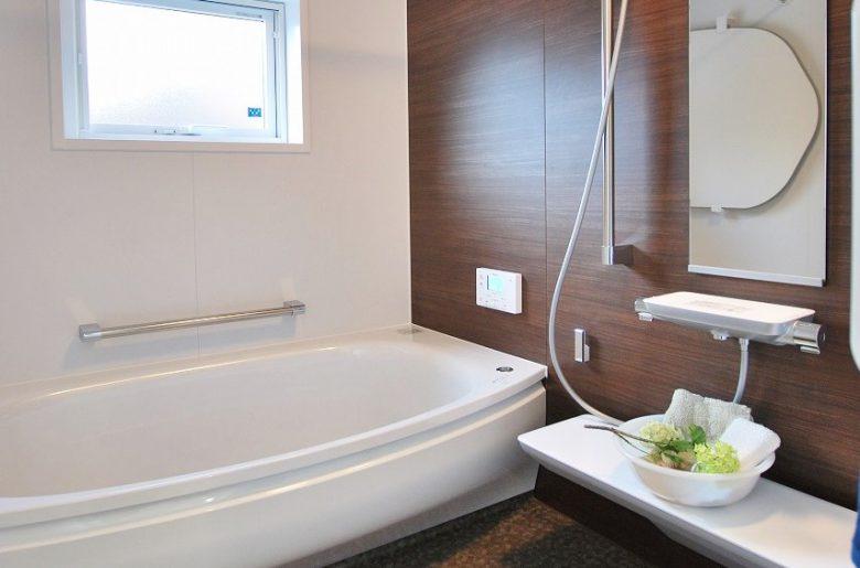 お風呂の浴槽はワイドでゆったり。