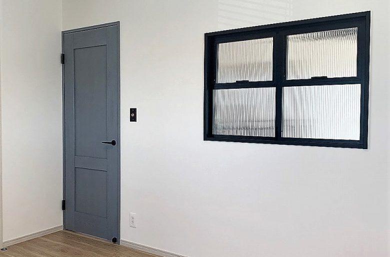 素材感あるブルーグレーのドア。