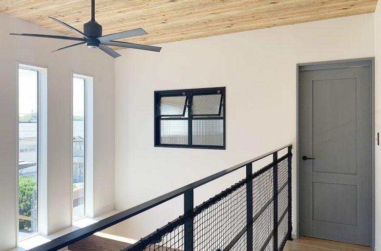 部屋と部屋をさりげなくつなぐ室内窓。