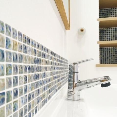 洗面カウンター上のモザイクタイル。